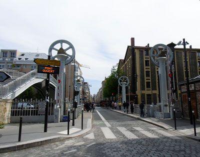 LE PONT LEVANT DE LA RUE DE CRIMÉE              Inscrit au titre des monuments historiques depuis 1993, le Pont Levant de la rue de Crimée a été rénové, et quelque peu modernisé, en 2011.  rue crimee paris  Premier pont à soulèvement hydraulique de Paris, il fonctionnait jusqu'alors à l'eau potable et consommait 2m3 d'eau pour chaque manœuvre. Un gaspillage modifié en 2011 en dotant le pont d'une centrale hydraulique moderne plus adaptée.