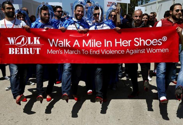 """Si chiama """"Walk a mile on her shoes"""" ed è la campagna internazionale contro la violenza sulle donne che si è appena svolta a Beirut, in Libano. Oltre 300 uomini hanno marciato calzando scarpe rosse col tacco e innalzando cartelli contro la violenza sulle donne. In Libano, den"""