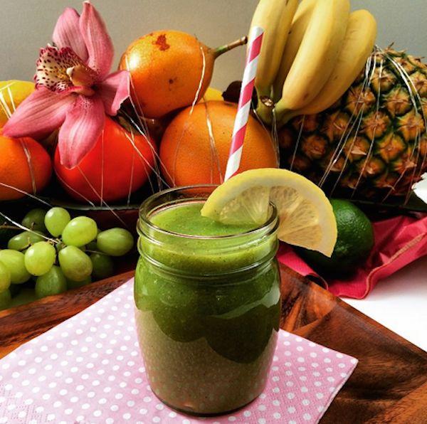 Green Smoothie with Chard / Apple / Kiwi / Dates / Water  Grüner Smoothie mit Mangold / Apfel / Kiwi / Datteln und Wasser