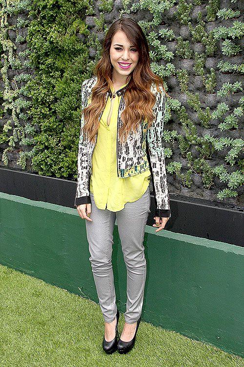 DANNA PAOLA  La actriz y cantante combinó una camisa amarilla limón y unos jeans color gris claro con una chaqueta torera estampada para asi...