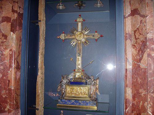 Кусочки дерева от Креста, на котором был распят иисус Христос в Риме в Базилике Санта Короче.