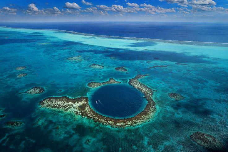 """ユカタン半島の付け根の部分に位置するベリーズは、世界遺産「ベリーズ珊瑚礁保護区」にも登録された美しい海が広がる国。そこにあるのが""""海の怪物の寝床""""とも呼ばれる、ダイバー憧れのスポット「グレート・ブルーホール」。自然がつくったこの巨大な穴、ここに潜る人物の動画があまりにもヤバすぎました。    カリブ海の宝石ベリーズの「グレート・ブルーホール」とは..."""