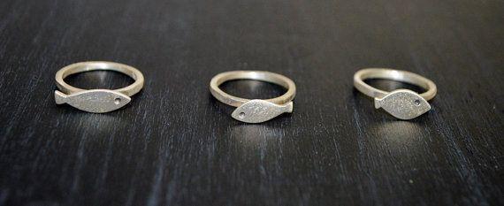 Deze kleine ringen zijn gemaakt van sterling zilver 925 en hebben een matte afwerking. U kunt zo veel die u wilt en op elk formaat bestellen. GEWOON OPGEVEN. U kunt ook kiezen tussen het vet de lange en het visje. GEWOON OPGEVEN. De prijs is voor één item.  Bedankt voor het langskomen
