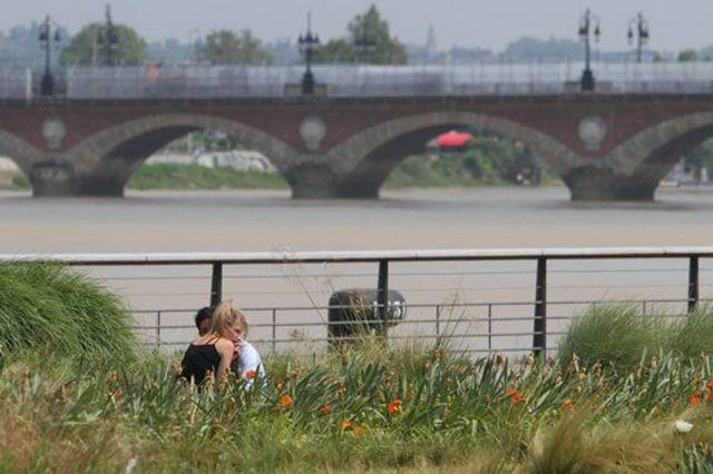Art Pictures│Christophe Gardner │France : Kiss in Bordeaux │www.photofrance.fr…