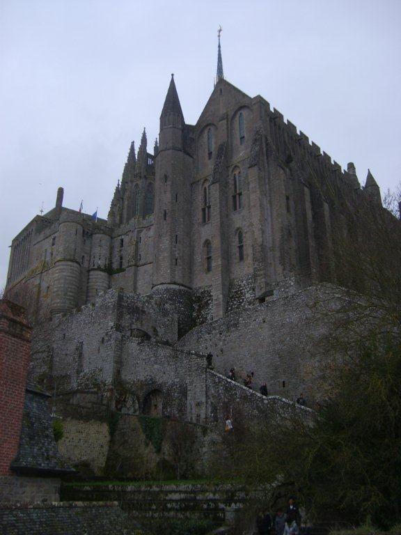 Burası öyle bir bölgeki bir çok empressiyonist sanatçıları, ünlü yazarları etkileyip ,ilham vermiş. Monet, Renoir, Turner, Courbert akla gelen bazı ressamlardan…Proust, Flaubert, Maupassant yazarlardan… Daha fazla bilgi ve fotoğraf için; http://www.geziyorum.net/mont-saint-michel-gezisi/