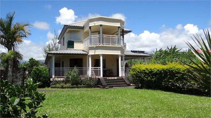 Villa de caractère recherche amoureux d'authenticité > A vendre chez Capifrance à Bras-Panon.     > 169 m², 6 pièces dont 4 chambres et un terrain de 800 m².    Plus d'infos > Vanessa Benhamou, conseillère immobilière Capifrance.
