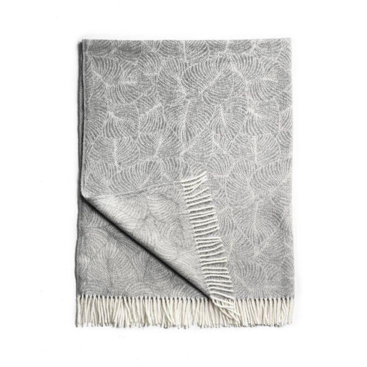 """Filt med mönster """"Tanto Leaf"""" i 100% ull från Nya Zeeland, vävd i Litauen. Denna sköna ullfilt passar både för sovrummen, vardagsrumssoffan och vid meditation, passar grå matta och kudde från Nytta Design, till exempel. 750 kr i webshop och butik hos VitaVera"""
