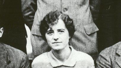 Als einzige Frau in der Mitte: Leila Denmark als angehende Ärztin im Jahr 1928