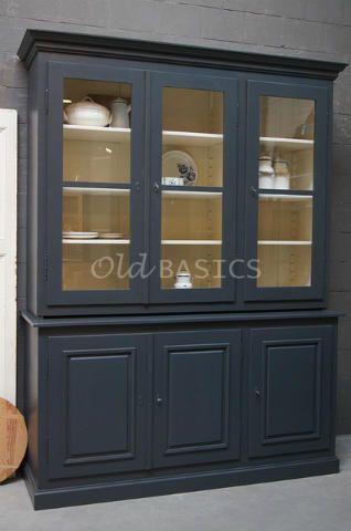 Schoolkast 10108 (M) - Driedeurs maatwerk vitrinekast, geïnspireerd opeen oude schoolkast. Desober vormgegeven kast heeft verstelbare planken. De kast is zowel boven als onder verdeeld intwee compartimenten.In een blauwgrijze kleur. De kast bestaat uit twee delen. De onderkast is 95 centimeter hoog.