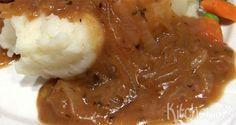 Van sauzen kan ik echt niet genoeg krijgen! Deze uiensaus eet ik graag bij een tartaartje, maar het is ook heerlijk bij biefstuk, braadworst, karbonade of varkenshaas. De saus is een soort van gebo…