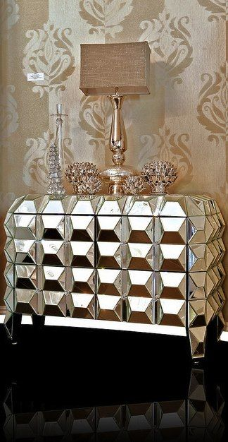Criado-mudo de prata facetado e espelhado. Um luxo só!!! *-* Silver-faceted mirrored nightstand. Very luxurious! #luxury