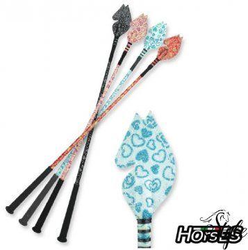 HORSES szívecskés lófejes csillogó lovaglópálca Nagyon szép, szívecskés lófejes lovaglópálca.   Technikai paraméterek  - rugalmas  - szivecskés mintázat  - tartós  - csúszásmentes markolat  - lófej alakú csapó