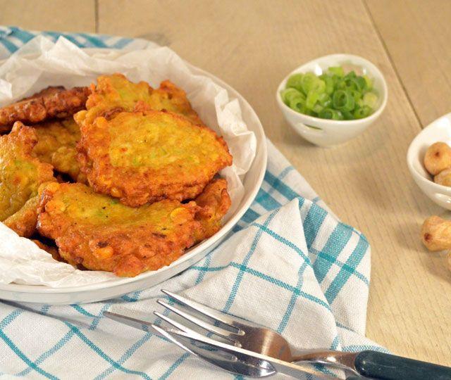 Indonesische Maiskoekjes oftewel frikadel djagoeng leerde ik kennen tijdens mijn reis naar Indonesië. Deze maiskoekjes zijn makkelijk te maken.