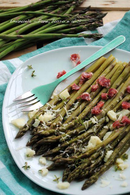 Insalata di asparagi al vapore con salame, pecorino e vinaigrette al timo