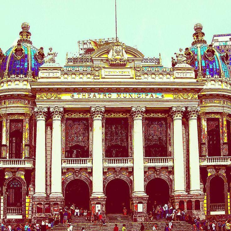 Localizado na Cinelândia Centro da cidade do Rio de Janeiro o Teatro Municipal foi inaugurado em 1909. O estilo arquitetônico é eclético e recebe com frequência companhias de ballet do mundo inteiro e peças renomadas. #abussolaquebrada #viagem #riodejaneiro #viajar #cultura #travel #unidosporai #traveler #unitedaround