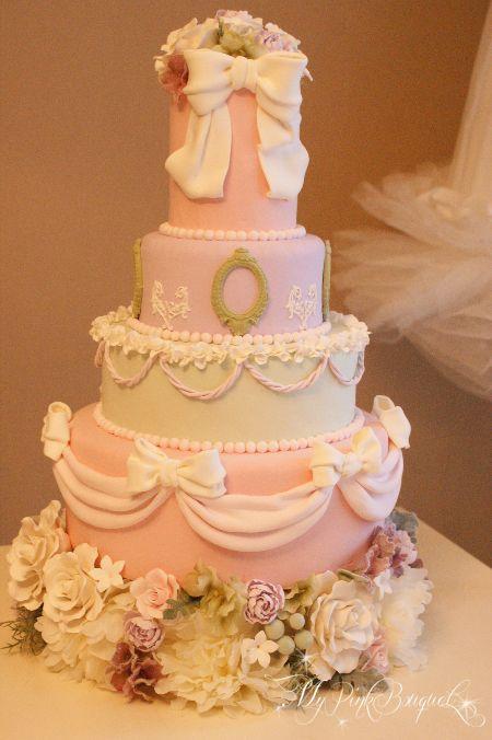 マカロンカラーのベースに、ドレープおリボンをたくさん飾ったかわいいケーキ、とオーダーいただき製作いたしました。