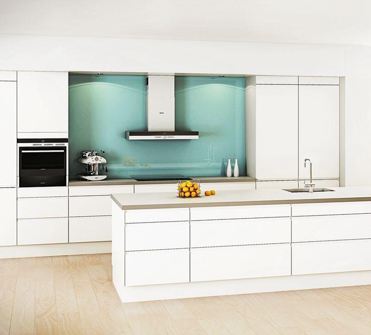 Vaalea ja pelkistetty keittiö saa piristysruiskeen välitilan lempeästä tehosteväristä. A la Carte -keittiöt, Festa. | #keittiö #kitchen