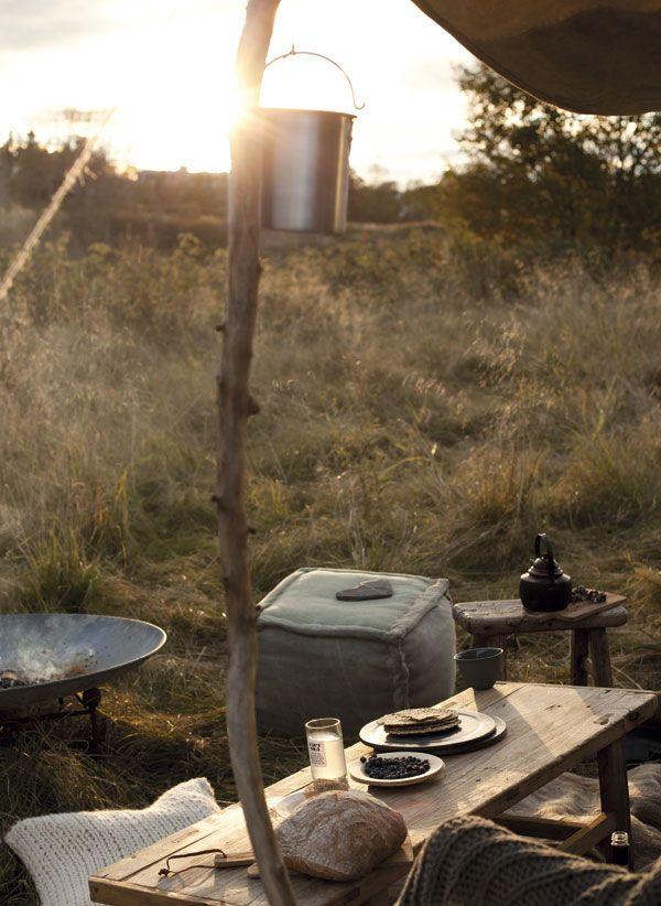 <p>Canvas puff med skinnkant fra Inne design. Safari-stol fra Bloomingville. Bål-fat, kelim teppe og strikkepute fra Bolina. Canvas tekstil brukt som safari-tak fra Nordal.</p>