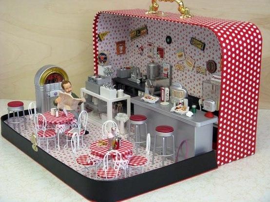 Miniaturas para casa de muñecas. Diorama de cafetería en una maleta.