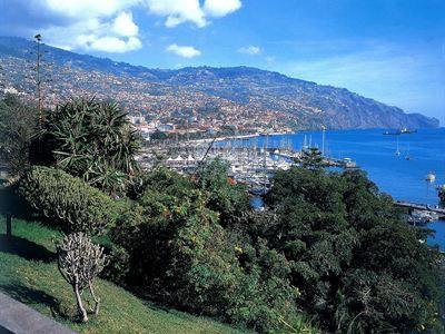 Het vulkanische eiland Madeira ligt in de Atlantische Oceaan op ongeveer 700 kilometer afstand van de westkust van Afrik..