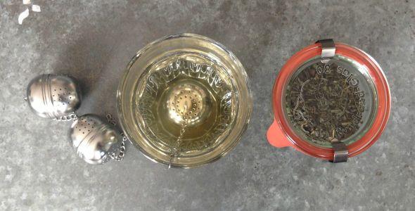 Met deze thee recepten maak je zelf gezonde en lekkere theetjes van kruiden, bloemen en specerijen. Leuk om te doen, niet moeilijk en heerlijk van smaak!