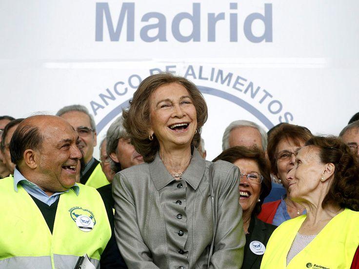 Doña Sofía también ha presidido innumerables organizaciones de carácter humanitario contra el cáncer, las drogas, los derechos de la mujer y la pobreza. En la imagen la vemos bromeando con miembros de la Fundación Banco de Alimentos de Madrid tras visitar sus instalaciones.