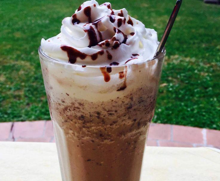Rezept Java Chip Chocolate Cream Starbucks ...    4 EL Schokoladensoße(besser: Schokoladensirup)     4 EL Schokoladenstückchen, Zartbitter (min 50% Kakaogehalt)     2-3 Gläser Eiswürfel, etwa die Menge Eiswürfel das der mixer halb voll ist     ½ Glas Milch     1 geh. TL Zucker, (bei Schokoladensirup nicht nötig)  Topping      100-200g Schlagsahne, (oder einfacher aber qualitativ oft minderwertiger: Sprühsahne aus der Dose)     etwas Schokoladensoße(besser:Schokoladensirup)
