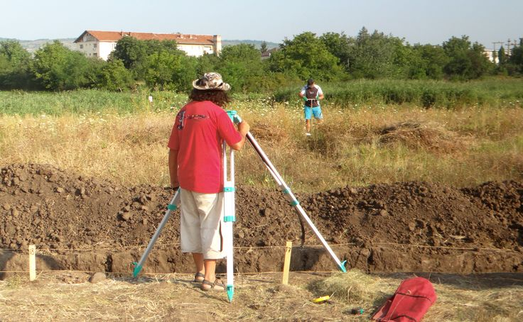 Day 5: Tibi Nica taking measurements for opening a second ditch, perpendicular and crossing the first one at the point where two pots had been discovered in situ, there also the highest concentration of adobe fragments was found: our best bet to discover a dwelling.