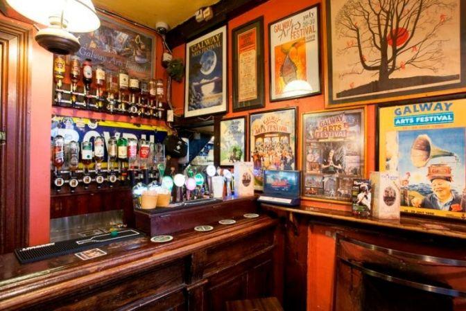 PUB: Når man er i Irland er et besøg på en pbu et must. De ligger overalt både på landet og i byerne. Ude på landet fungerer pubben også som købmandsbutik eller posthus, og indehaveren er måske landmand eller bedemand. En ferie i Irland kan sagtens indeholde et besøg på en pub eller to :-). #øl #Irland #rejser #ferie