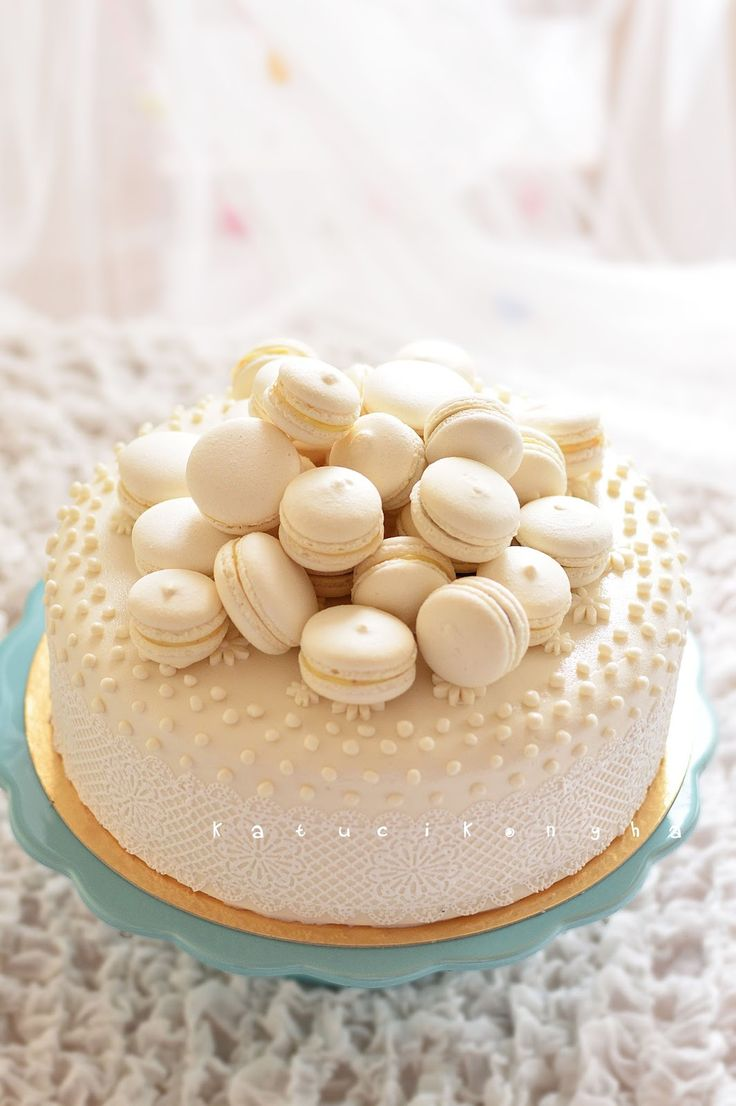 white wedding cake with macarons - http://www.katucikonyha.hu/2014/08/gasztropalyafutasom-legnagyobb-kihivasa.html