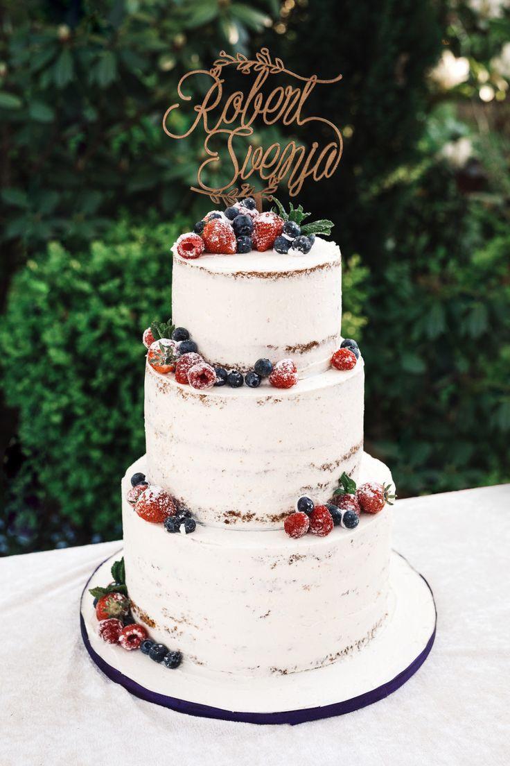 Weiße halbnackte Torte mit Erdbeeren, Heidelbeeren und Himbeeren und …   – Hochzeitstorten und schöne Kuchen für die Hochzeit.