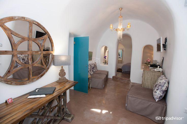 Cave pool #suite! #Artistic #ArtMaisons #Santorini