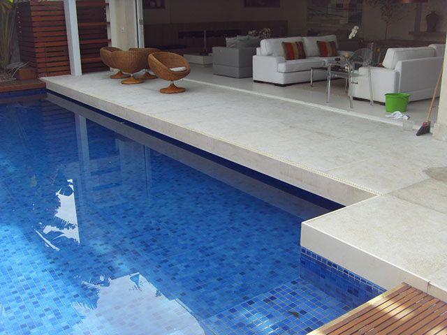 Piso de granito branco flameado na piscina