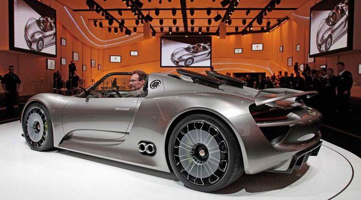 Esse carro todo esportivo foi planejado para ser um híbrido que pode ser ligado diretamente na tomada. São incríveis 770 cv de potência e um consumo de combustível relativamente baixo