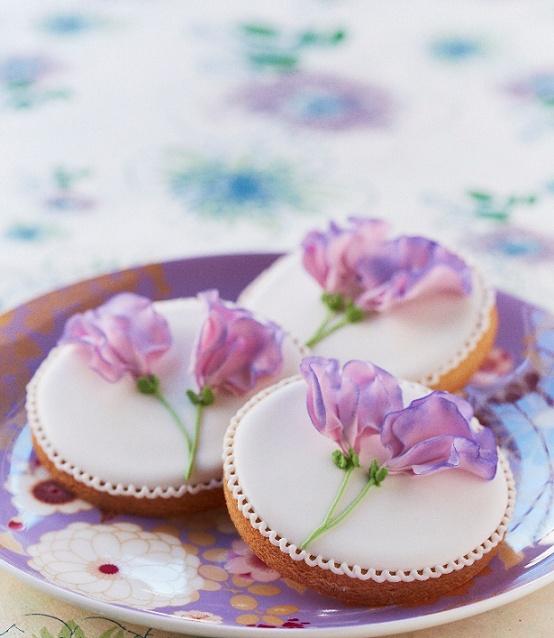 Very pretty cookies (Cake Decorating magazine).