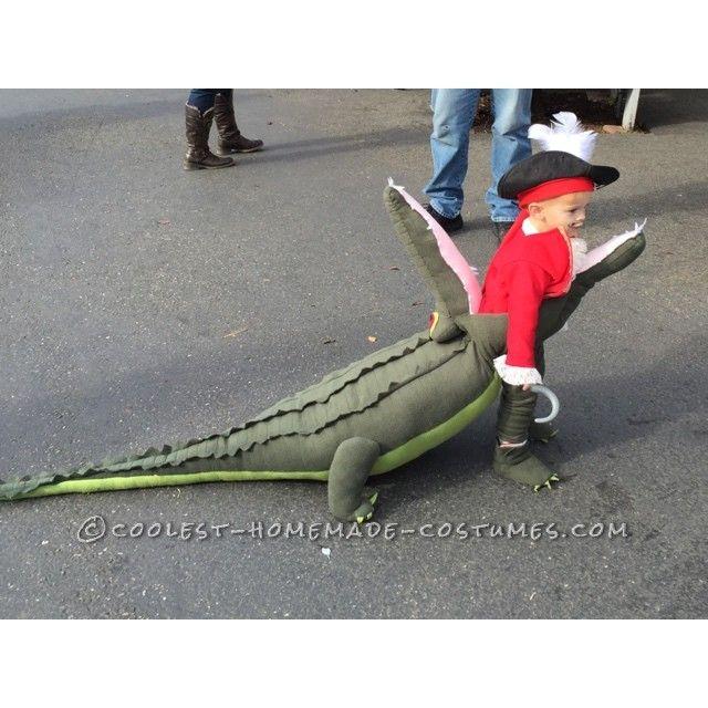 Impresionante idea de disfraz: el Capitán Garfio devorado por el cocodrilo Tick Tock - Awesome Costume Idea: Captain Hook Getting Eaten by Tick Tock Crocodile!