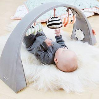 Fantastisk flot aktivitetsstativ - du kan ha det over babysengen, puslebordet eller på gulvet da det er justerbart i bredde og højde. #legestativ #aktivitetsstativ #babylegetøj #babyudstyr #donebydeer #legetøj #dåbsgaver #blåelefant #blaelefant