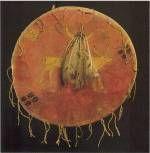 Bouclier cheyenne, vers 1870, biblio 2, p 108. Cuir cru, peau tannée, peintures naturelles, plumes, tissu, clochette en cuivre, 48 cm de diamètre. Les animaux domestiques apportés par les Européens dans les plaines devinrent des sujets possibles pour l'art des rêves. Ici la figure représente soit une vache domestique, soit une vache sauvage dont l'emprunte des sabots magiques marque le sol. Fabriqué conformément à un modèle ancien, ce bouclier en cuir cru épais est recouvert d'une peau ...