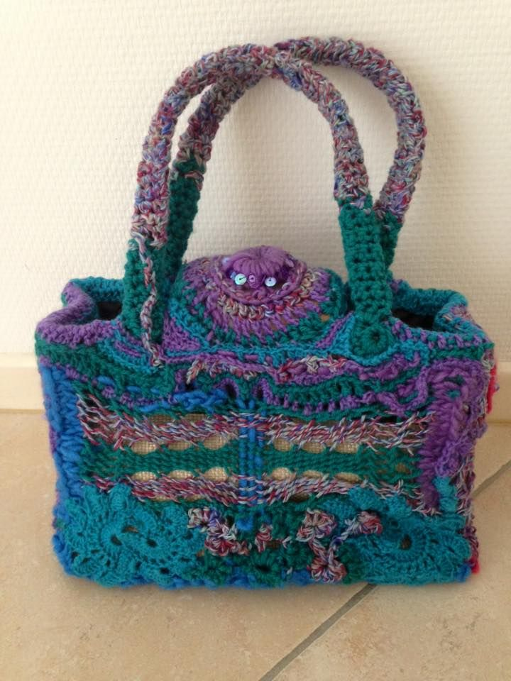 Handbag freeform, made from an outdated bag from the recycle shop. Uses different techniques like crochet, sprang, weaving, paillettes. 20 aug. 15
