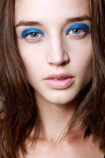 De make-up look van Marc by Marc Jacobs draait om de glimmende blauwe oogschaduw, terwijl de rest naturel blijft.