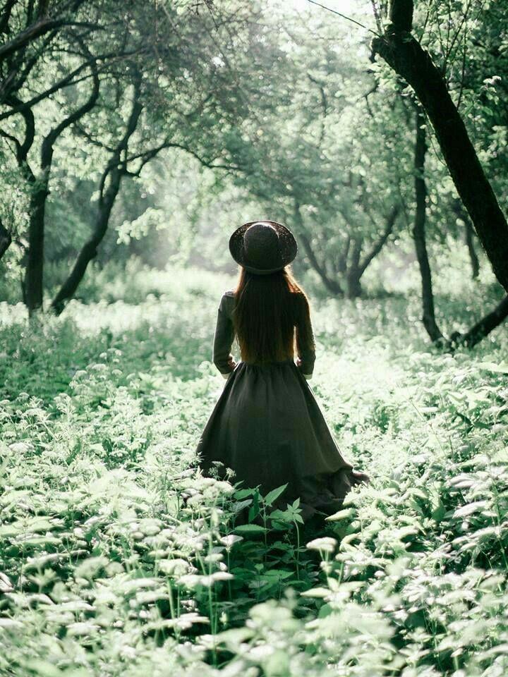 Ihlamurlar göndermek istiyorum ruhuma ,yün eldivenler.../Geçmişim; /Romantik radyo dinleyen o eski arkadaşım,/Limon ağaçlarından bahsetmek istiyorum son bir kez daha / Beni masalların ortasında bırakıp giden ruhuma ... - Didem Madak