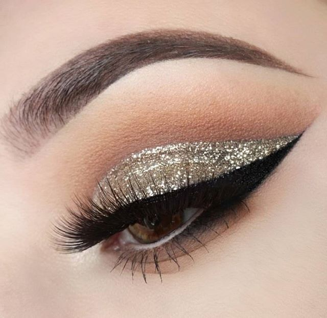 Pack on the glitter and have all eyes on you. @xelliss defined her crease with the 35N palette. www.morphebrushes.com #TeamMorphe