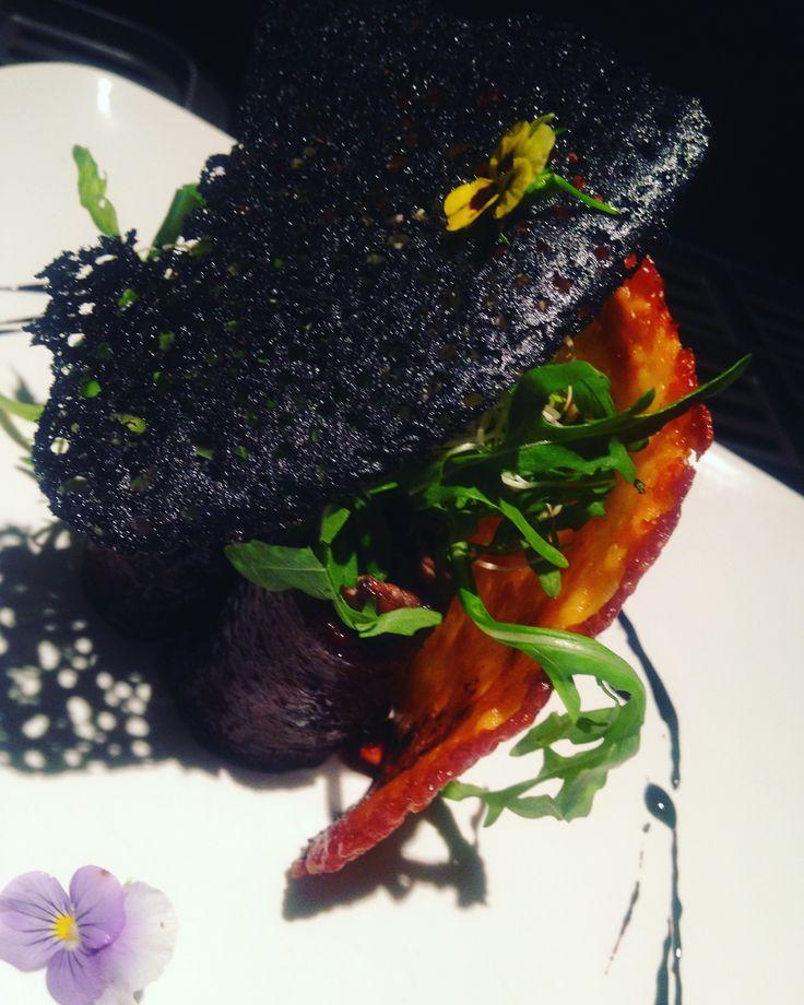 Puntas de res rellenas de Portobello en salsa de balsámico y costra de queso.  Sagú Catering Cocinando Experiencias.