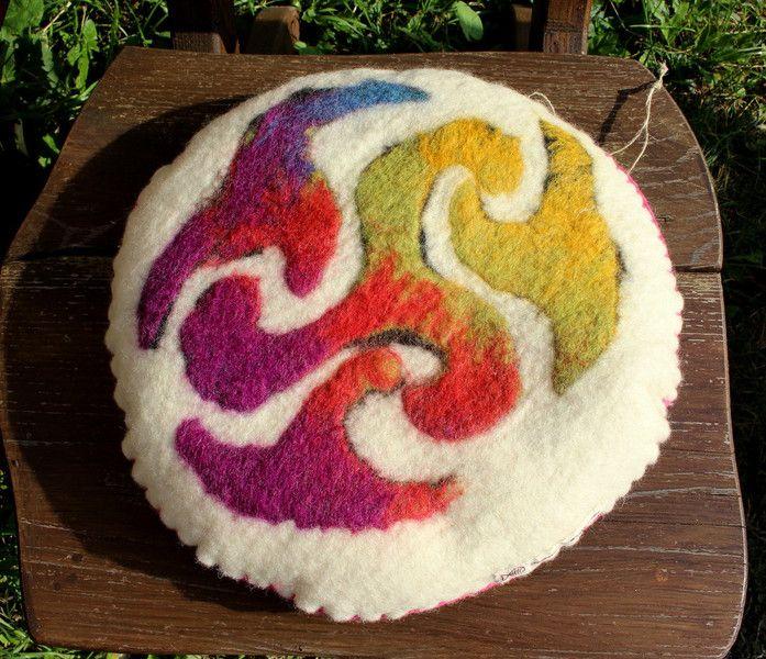 Kissen -  Kissen aus Filz mit Dinkelspelz - ein Designerstück von Fishmans-Wollwerke bei DaWanda