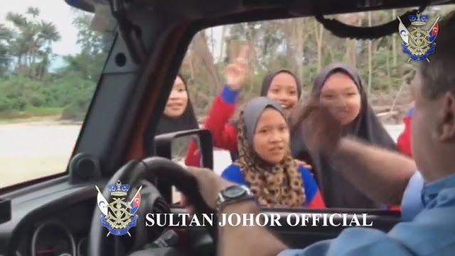 Video: Malam karang saya belanja kfc untuk awak semua  Reaksi spontan Sultan Johor jumpa pelajar tepi pantai bikin ramai terharu   Video: Malam karang saya belanja kfc untuk awak semua  Reaksi spontan Sultan Johor jumpa pelajar tepi pantai bikin ramai terharu  Alangkah gembiranya pelajarSekolah Menengah Kebangsaan Kangkar Pulai Johor Bahru apabila mereka terjumpa kelibat orang yang paling disayangi di negeri berkenaan iaitu Sultan JohorSultan Ibrahim Sultan Iskandar.  Mereka yang…