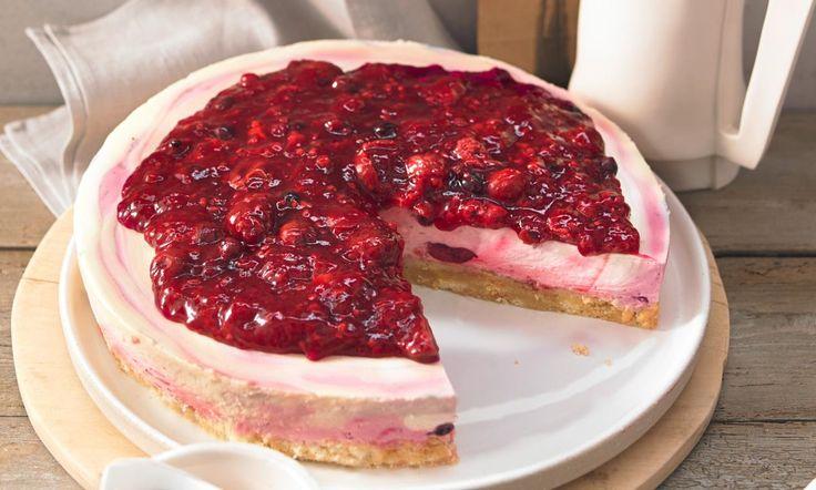 Rote-Grütze-mit-Vanille-Soße-Torte Rezept: Knuspriger Crunchboden mit Rote-Grütze- und Vanille-Mascarpone-Creme - Eins von 7.000 leckeren, gelingsicheren Rezepten von Dr. Oetker!