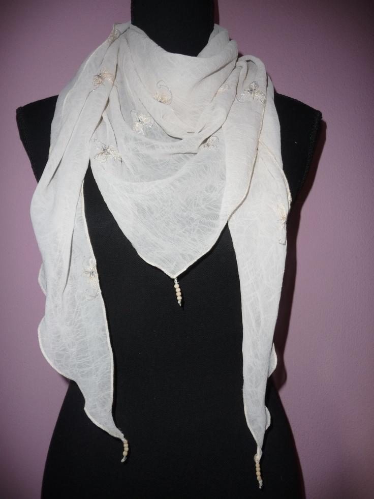 035 handmade scarf with wooden beads / zelfgemaakte sjaal met houten kraaltjes