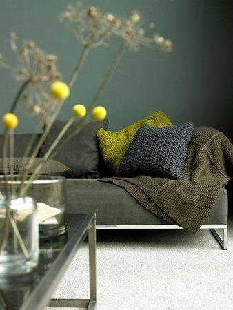 décoration intérieure : canapé, mur peint, vert kaki, gris - jaune