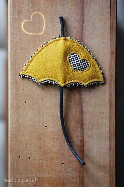 Broche de paraguas amarillo de fieltro con corazón