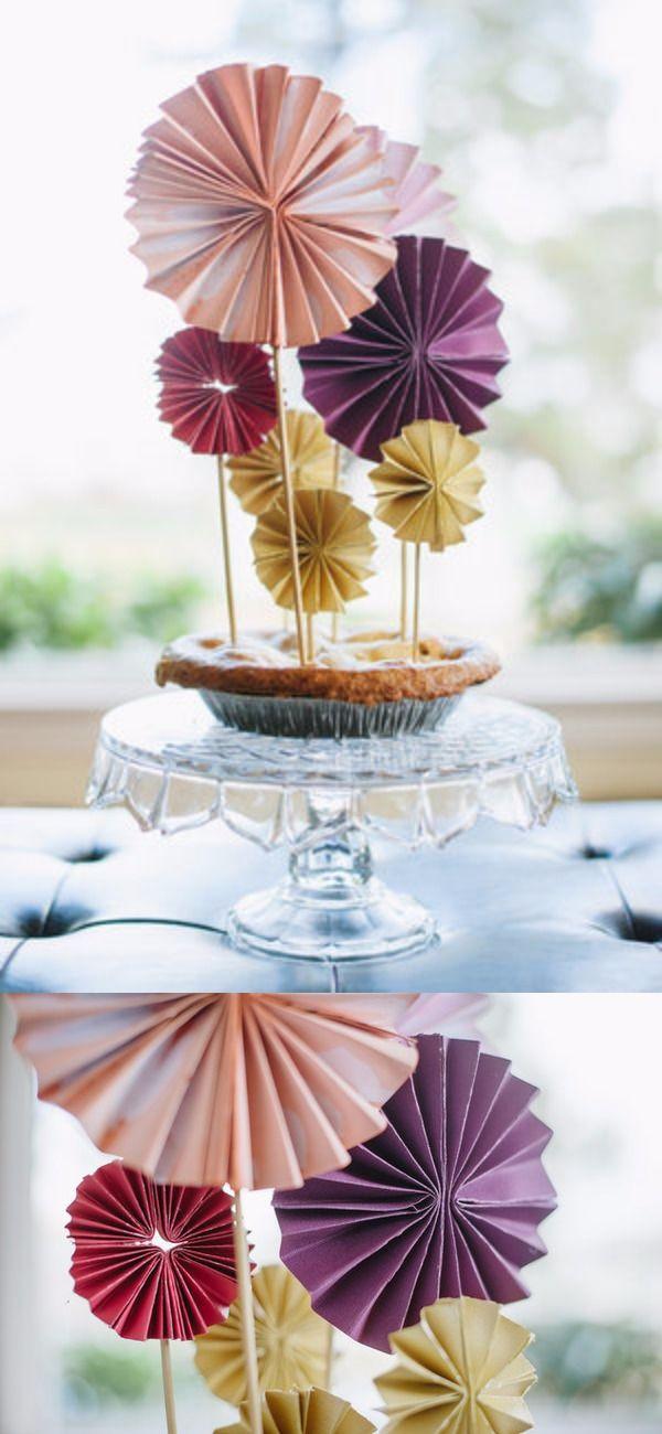 Figuras de Origami DIY para decorar tus postres / http://www.projectwedding.com/